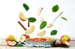Tarta de manzanas con los ingredientes del vuelo para cocerla Imágenes de archivo libres de regalías
