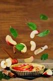 Tarta de manzanas con los ingredientes del vuelo para cocerla Fotos de archivo libres de regalías