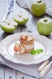Tarta de manzanas cruda del vegano Fotos de archivo libres de regalías