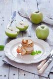 Tarta de manzanas cruda del vegano Imagen de archivo libre de regalías
