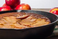 Tarta de manzanas de la sartén con las manzanas Imagen de archivo libre de regalías