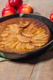 Tarta de manzanas de la sartén con las manzanas Foto de archivo