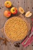 Tarta de manzanas de la migaja foto de archivo