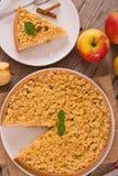 Tarta de manzanas de la migaja fotos de archivo