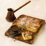 Tarta de manzanas y taza de café danesas Fotografía de archivo