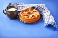 Tarta y taza hechas en casa de manzanas con leche Fotos de archivo libres de regalías