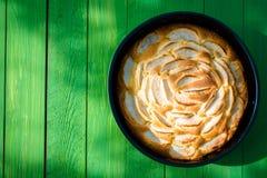 Tarta de oro recientemente cocida apetitosa de la manzana Fotos de archivo