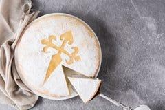 Tarta De Santiago Tradycyjny migdału torta plasterek od Santiago w Hiszpania na szarym tle zdjęcie royalty free