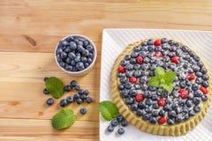 Tarta del arándano de la torta de la baya del postre con las bayas y la crema de pasteles frescas Imagen de archivo libre de regalías