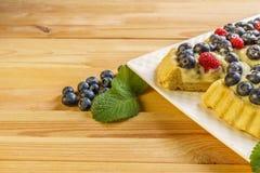 Tarta del arándano de la torta de la baya del postre con las bayas y la crema de pasteles frescas Imágenes de archivo libres de regalías