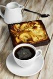 Tarta del café y de manzanas Foto de archivo libre de regalías