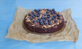 Tarta del chocolate con caramelo y arándanos del cacahuete Imagen de archivo libre de regalías