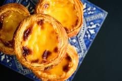 Tarta del huevo de Portugal con azulejo fotos de archivo
