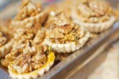 Tarta del huevo del estilo de Xinjiang con las abejas y la miel Imagen de archivo libre de regalías