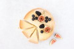 Tarta del limón cortada y adornada con las frutas Fotos de archivo