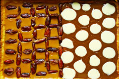 Tarta del Shortcrust con el caramelo poner crema, las fechas secadas y los puntos hechos del caramelo fotos de archivo