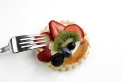 Tarta deliciosa de la fruta en el fondo blanco Imagen de archivo