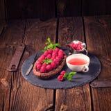 Tarta deliciosa del chocolate de la frambuesa con queso del ricotta imagenes de archivo