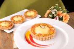 Tarta exótica hecha en casa - ganache de la fruta de la pasión, cuajada de la cal, mermelada exótica, galletas del coco fotos de archivo libres de regalías