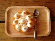 Tarta fresca del limón en una placa de madera en la tabla Fotos de archivo