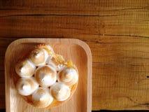 Tarta fresca del limón en una placa de madera en la tabla Imagen de archivo