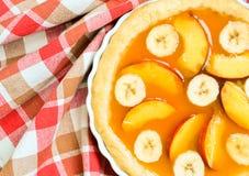 Tarta fresca del plátano del melocotón del verano Foto de archivo