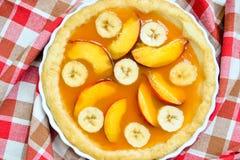 Tarta fresca del plátano del melocotón del verano Imágenes de archivo libres de regalías