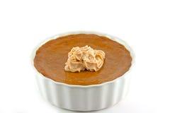 Tarta hecha en casa de la calabaza con el desmoche de la crema de la especia de la calabaza Imagenes de archivo