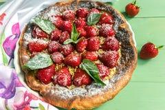 Tarta hecha en casa de la fresa Los acianos están en fondo Visión directa Imagenes de archivo