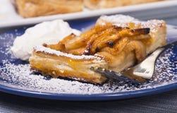 Tarta rústica de la manzana con un esmalte y un azúcar en polvo del albaricoque Imagenes de archivo