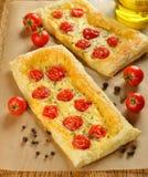 Tarta z serowymi i czereśniowymi pomidorami Fotografia Stock
