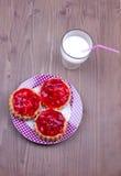 Tartalets με ένα ποτήρι του γάλακτος Στοκ φωτογραφία με δικαίωμα ελεύθερης χρήσης