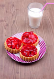 Tartalets με ένα ποτήρι του γάλακτος Στοκ εικόνα με δικαίωμα ελεύθερης χρήσης