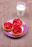 Tartalets con un bicchiere di latte Immagine Stock Libera da Diritti