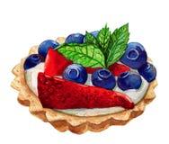 Tartalettes用在白色和薄荷叶隔绝的蓝莓、草莓 免版税库存图片