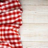 Tartan della tovaglia sulla tavola di legno bianca Derisione piana immagini stock