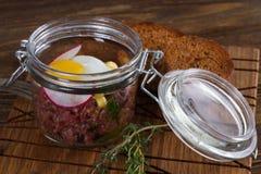 Tartare с яичком триперсток и хлебом рож Стоковые Фото