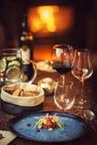 Tartare biff med ett exponeringsglas av vin och bålgetingar, produktfotografi för restaurangen, modern gastronomi royaltyfri fotografi