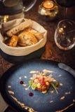 Tartare biff med ett exponeringsglas av vin och bålgetingar, produktfotografi för restaurangen, modern gastronomi fotografering för bildbyråer