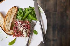Tartare da carne com espinafres Fotografia de Stock Royalty Free