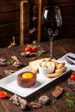 Tartare da carne crua da carne com especiarias e molhos diferentes separadamente para misturar Um vidro do vinho tinto na tabela  imagens de stock