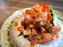 Tartare de color salmón deliciosos sanos del primer con la rebanada de aguacate, los dados del palillo del cangrejo, el camarón d Imagenes de archivo