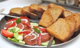 Tartare di bistecca con pane tostato Immagini Stock Libere da Diritti