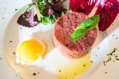tartare od zmielonej wołowiny z surowym jajecznym yolk obraz stock