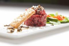 Carne temperado elegante tartare com trufas pretas. Gourmet Delic imagem de stock