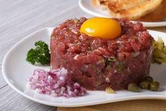 Tartarevlees met eierdooier, uien en kappertjesclose-up Stock Fotografie
