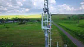 TARTARISTÁN, RUSIA - ALMETEVO JULE, 2017: El especialista aéreo del ingeniero sube para arriba en la torre de la célula de la tel almacen de video