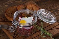 Tartaro con l'uovo di quaglia ed il pane di segale Fotografia Stock