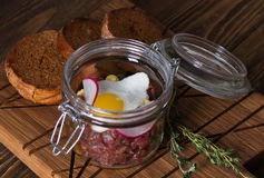 Tartaro con l'uovo di quaglia ed il pane di segale Fotografie Stock Libere da Diritti