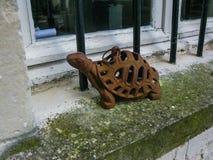 Tartaruga do ferro na soleira da cozinha no Loire foto de stock